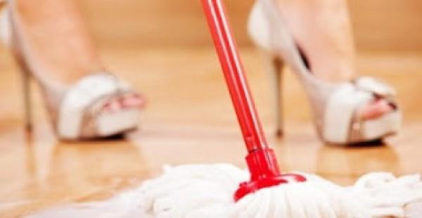 ETΣΙ θα αρωματίσεις το σπίτι σου τέλεια με το σφουγγάρισμα