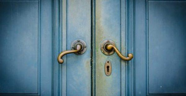 DIY: Δείτε πώς θα Κρύψετε μια Άσχημη Πόρτα με 5 Απλούς Τρόπους