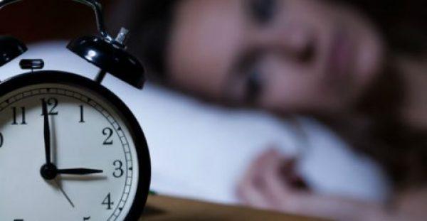 Ξυπνάτε κάθε βράδυ την ίδια ώρα; Μάθετε τι σημαίνει αυτό για την υγεία σας