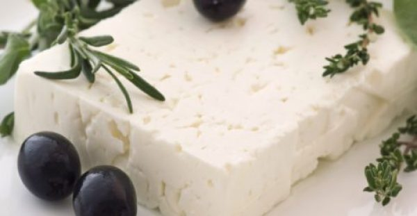 Φέτα: Διατροφικά στοιχεία για το εθνικό μας τυρί – Τι προσφέρει και τι κινδύνους κρύβει
