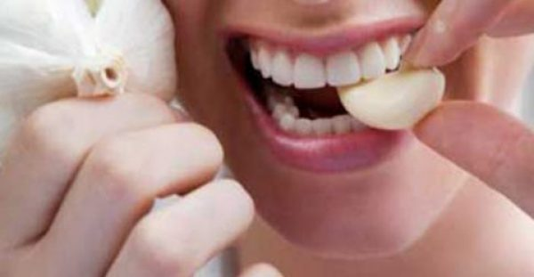 Πώς να ξεφορτωθείς την μυρωδιά του σκόρδου από την αναπνοή σου, πολύ γρήγορα και εύκολα!