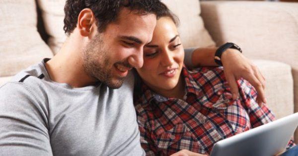 Συμβίωση σε Πολύ Μικρό Σπίτι; 7 Tips που θα σας Σώσουν τη Ζωή (και τη Σχέση)