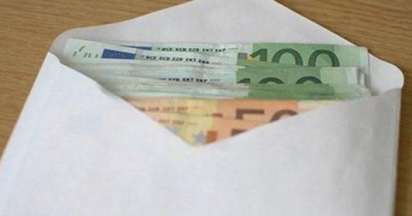 Βρήκε έναν φάκελο με 10.600 ευρώ και προσπάθησε να βρει ποιος τον έχασε. Την επόμενη μέρα δέχθηκε ένα τηλεφώνημα…