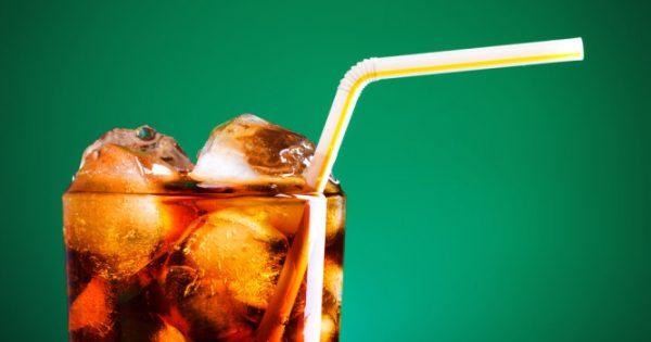 Κίνδυνος για Αλτσχάιμερ και εγκεφαλικό από τα αναψυκτικά; Τι αποκαλύπτει μεγάλη έρευνα [vid]