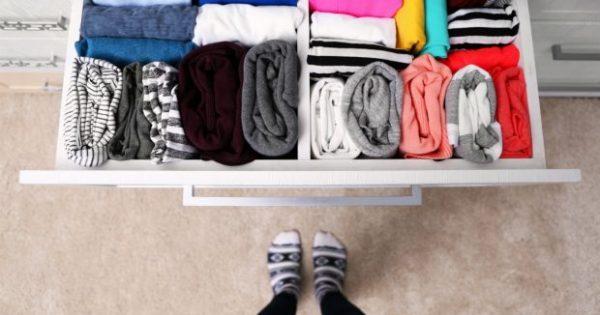 Δείτε Γιατί Καταστρέφονται τα Ρούχα σας Ακόμα και Όταν τα Έχετε Μέσα στην Ντουλάπα