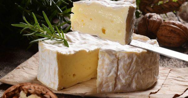 Καμαμπέρ: Όλα όσα πρέπει να γνωρίζετε για το φίνο γαλλικό τυρί
