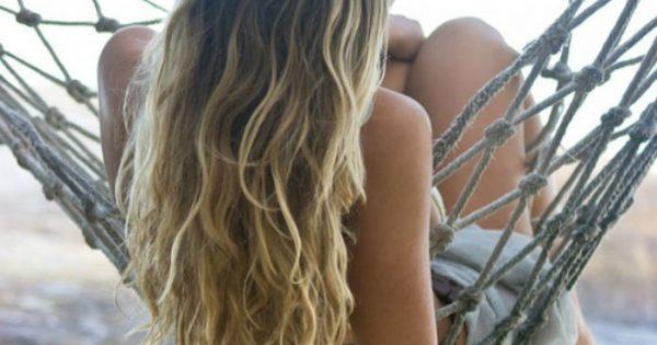 Θες να «ανοίξεις» το χρώμα των μαλλιών σου αλλά δεν έχεις λεφτά για κομμωτήριο; Σου δείχνουμε πώς να γίνεις από καστανή ξανθιά μόνη σου στο σπίτι!