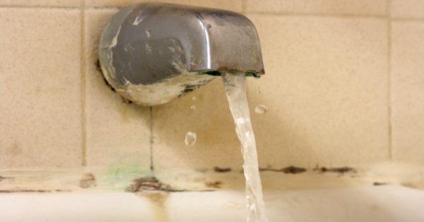 Μούχλα στο μπάνιο: Το κόλπο για να βγει από κάθε δύσκολο σημείο