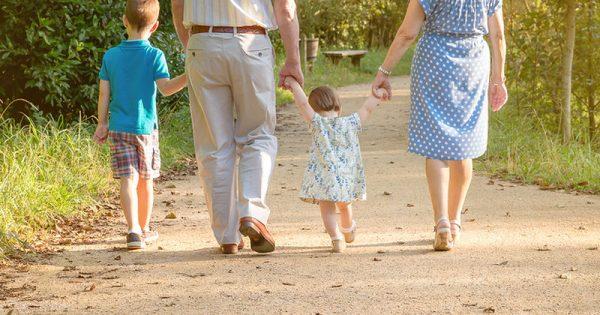 Επικίνδυνα τα γιατροσόφια των παππούδων για τα μικρά παιδιά, σύμφωνα με νέα μελέτη