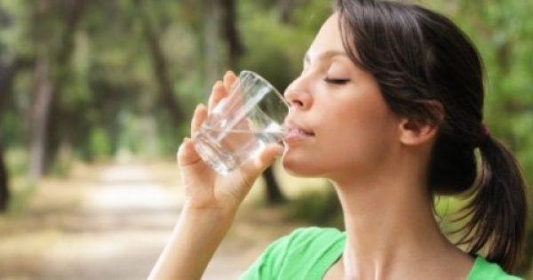 Γιατί πρέπει να πίνετε νερό το πρωί με άδειο στομάχι