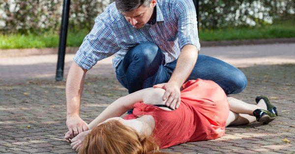 Πρώτες βοήθειες: Τι πρέπει να κάνετε αν κάποιος πάθει επιληπτική κρίση