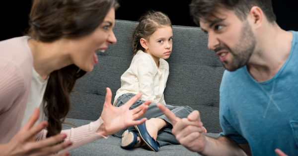 Πιο εύκολα αρρωσταίνουν τα παιδιά χωρισμένων (και μαλωμένων) γονιών, σύμφωνα με νέα έρευνα