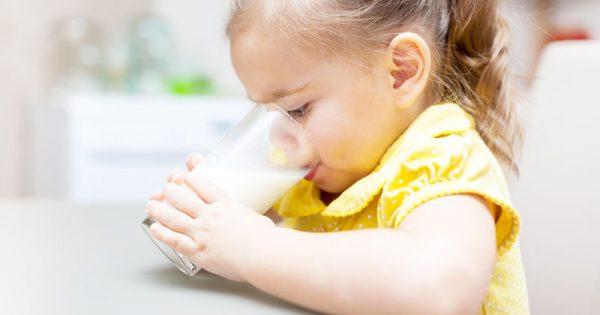 Περισσότερο ψηλώνουν τα παιδιά που πίνουν αγελαδινό αντί για φυτικό γάλα
