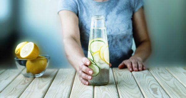Βοηθάει το νερό με λεμόνι να κάψετε λίπος; Για δείτε τι λένε οι επιστήμονες…
