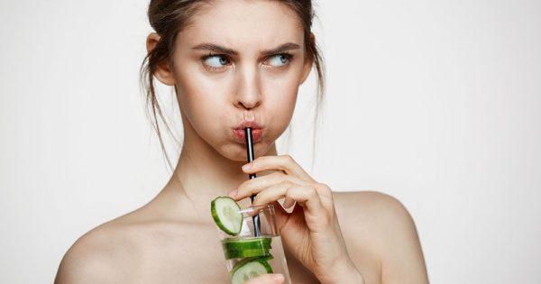 Υπολογίστε πόσο νερό πρέπει να πίνετε μέσα στην ημέρα