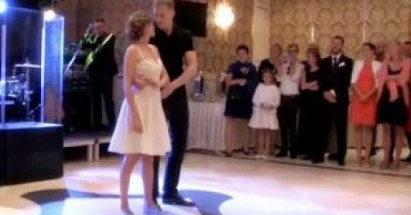 Όταν οι καλεσμένοι είδαν τη νύφη με αθλητικά παπούτσια, σάστισαν. Η επόμενη κίνηση όμως του γαμπρού άφησε τους πάντες άφωνους!