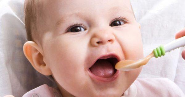 Πώς να δώσετε τις πρώτες στέρεες τροφές στο μωρό
