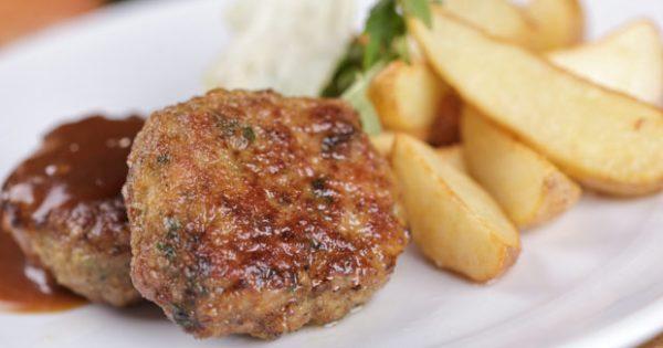 Κυριακάτικο Τραπέζι: Φτιάξτε Μπιφτέκια Γεμιστά με Τομάτα και Φέτα
