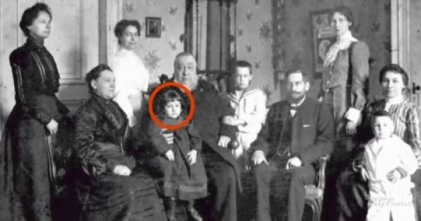 Οι γονείς της κοιτάζουν την παλιά φωτογραφία και παγώνουν. ΑΥΤΟ που βλέπουν αποκλείεται να είναι αλήθεια…