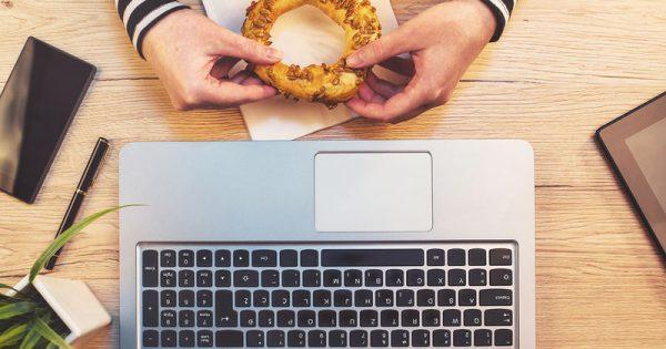 Τα διατροφικά λάθη που κάνετε στη δουλειά και δεν σας αφήνουν να αδυνατίσετε