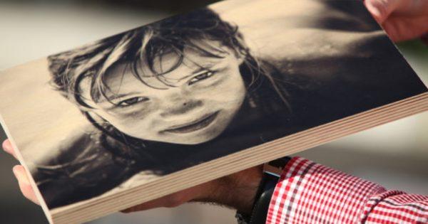 Τέλειο Διακοσμητικό DIY: Δείτε πώς θα Βάλετε μια Φωτογραφία Πάνω σε Ξύλο (VIDEO)
