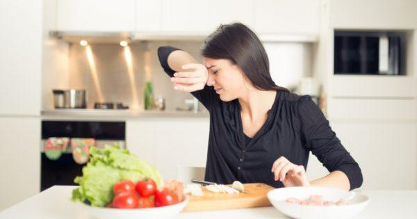 Το κόλπο για να καθαρίσετε κρεμμύδια χωρίς… δάκρυα [vid]