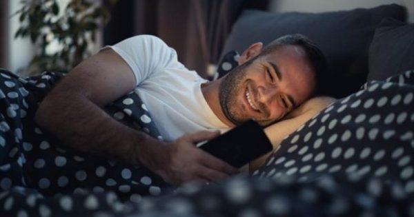 Η νυχτερινή χρήση του κινητού επιβλαβής (και) για την ψυχική υγεία