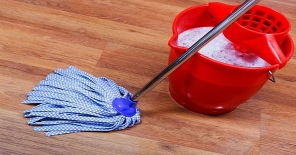 Το τρομερό κόλπο για να μην μυρίζει άσχημα το σπίτι μετά το σφουγγάρισμα!