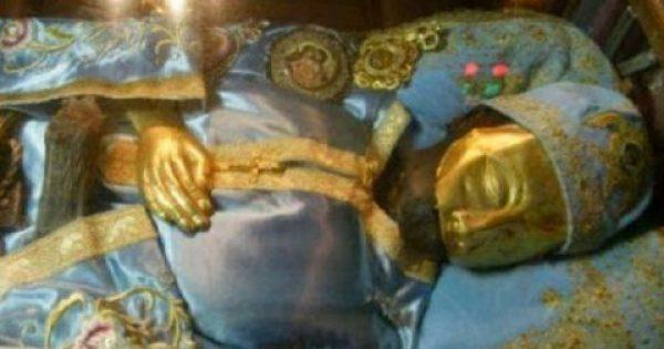 Συγκλονιστικό: Δείτε τι συμβαίνει με τα άμφια του Αγίου Ιωάννη του Ρώσου!!
