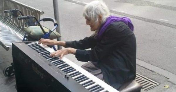 83χρονη Γιαγιά κάθεται σε ένα Πιάνο στη μέση του Δρόμου. Μόλις ξεκινάει να παίζει όμως, οι Περαστικοί Παγώνουν…