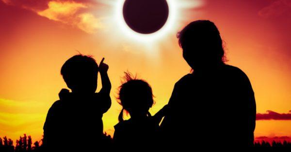 Έκλειψη ηλίου: Πώς να την δείτε με ασφάλεια αν δεν έχετε τα ειδικά γυαλιά [vid]