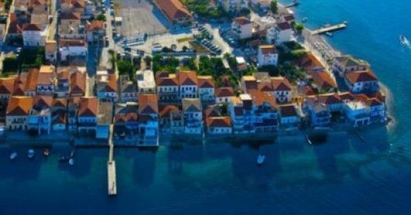 Το πανέμορφο παραθαλάσσιο χωριό της Ελλάδας που μοιάζει σα να επιπλέει στο νερό