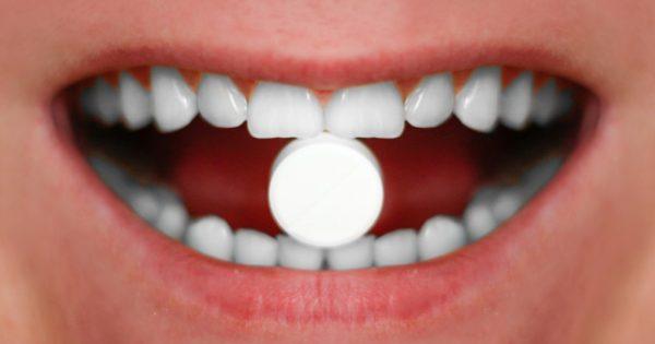 Πώς η ασπιρίνη μπορεί να κλείσει τις τρύπες στα δόντια!