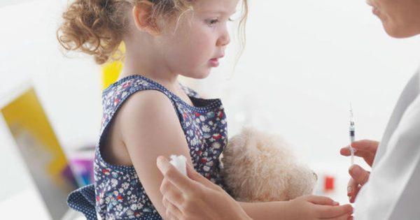 Mηνιγγίτιδα Β: 5+1 λόγοι που πρέπει να κάνετε στο παιδί σας το εμβόλιο