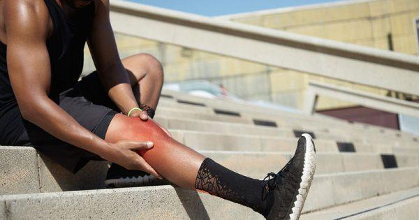 Κράμπες στα πόδια: Πέντε κοινές αιτίες & πότε να επισκεφτείτε γιατρό