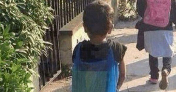 Παιδί που έχει πλαστική σακούλα για τσάντα έξω από σχολείο κάνει αίσθηση