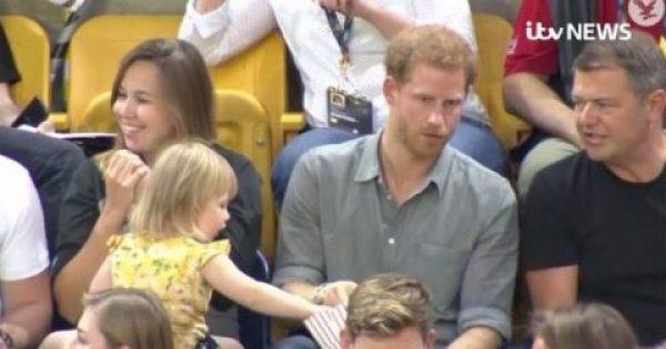 Παιδάκι κλέβει ποπκόρν από τον Πρίγκιπα Χάρι και η αντίδρασή του προκαλεί παγκόσμια αίσθηση