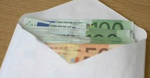 Βρήκε έναν φάκελο με 10.600 ευρώ και προσπάθησε να βρει ποιος τον έχασε. Την επόμενη μέρα δέχθηκε ένα καθοριστικό τηλεφώνημα