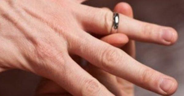 Πώς βγαίνει το δαχτυλίδι που έχει κολλήσει στο δάχτυλο [video]