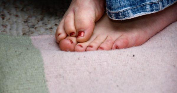 Κρύα πόδια: Τι μπορεί να σημαίνουν για την υγεία σας