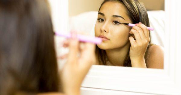 Προσοχή με το eyeliner: Τι μπορεί να πάθουν τα μάτια σας