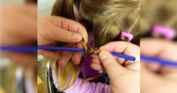 Παίρνει ένα Καλαμάκι και τυλίγει τα Μαλλιά της Κόρης του γύρω γύρω. Το Αποτέλεσμα; Θα το λατρέψουν Όλες οι Μανούλες!