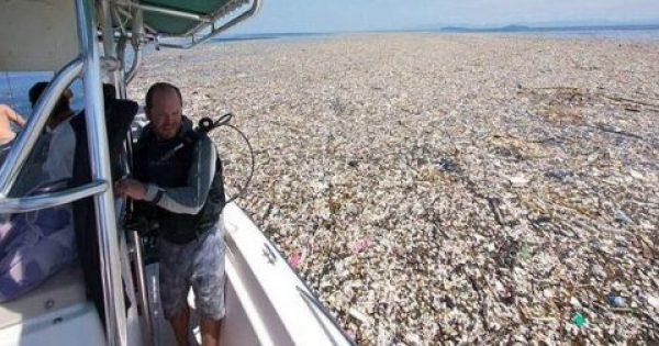 Εικόνες-σοκ δείχνουν πώς μαζεύονται τα πλαστικά μπουκάλια και τα σκουπίδια στους ωκεανούς