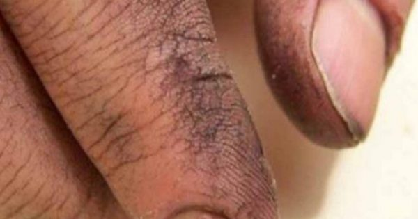 Πήρε τον Πατέρα του στο Μπάνιο και άρχισε να του Πλένει τα Χέρια. Τότε συνειδητοποίησε ΚΑΤΙ το Συγκλονιστικό!