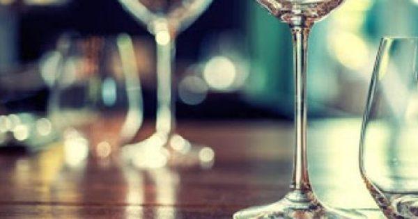 Ποιoς είναι ο σωστός τρόπος να κρατάμε ένα ποτήρι κρασιού;