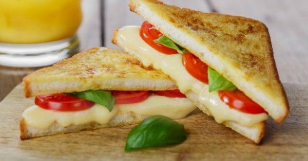 Με αυτό το Κόλπο θα Διατηρείτε το Τυρί του Τοστ για πολύ Περισσότερο!
