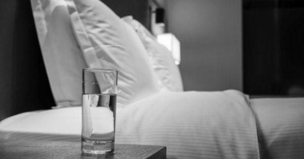 Νερό που Έχει Μείνει όλη Νύχτα στο Ποτήρι: Δείτε τι Κινδύνους Κρύβει