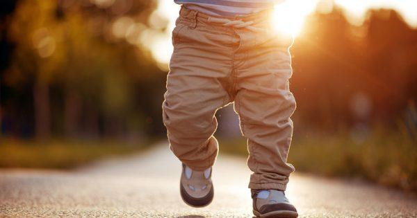 Σε ποια ηλικία είναι φυσιολογικό να κάνει το μωράκι τα πρώτα του βήματα
