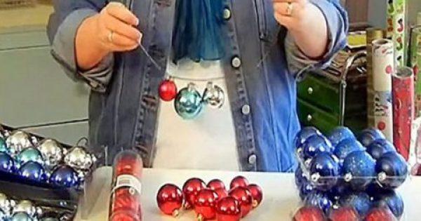 Περνάει 4 μπάλες μέσα από μια κρεμάστρα. Το τελικό αποτέλεσμα, είναι ο,τι καλύτερο για τα χριστούγεννα…