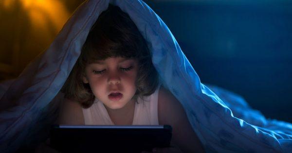 Μακριά τα τάμπλετ από τα παιδιά! Οι επιπτώσεις στον ύπνο και στο βάρος τους